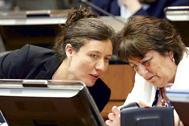 La subsecretaria Valentina Quiroga y la ministra Adriana Delpiano, en el hemiciclo del Senado.
