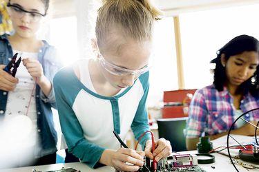 Inédito plan busca aumentar número de mujeres en las ciencias