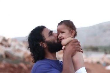 Mohammed: el niño que nació sin extremidades y crece en un campamento de refugiados