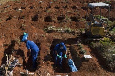 Cementerios de Sao Paulo exhuman cadáveres por el coronavirus