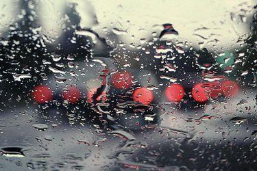 ¿Sabes cuánto aumenta la distancia de frenado cuando hay lluvia?