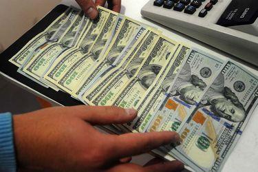 Dólar cae casi $7 en noviembre, pero retiro de 10% limita mayores bajas