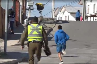 El momento en que el joven escapa de la policía para no ser vocal de mesa.