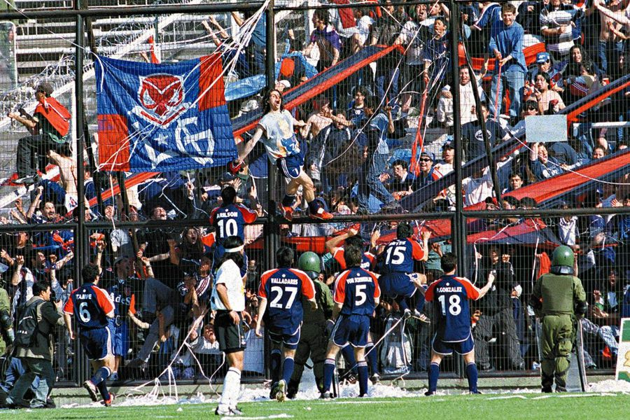 La última vez que la U festejó un triunfo en el Estadio Monumental ante Colo Colo fue en octubre de 2001. Foto: Archivo Copesa.