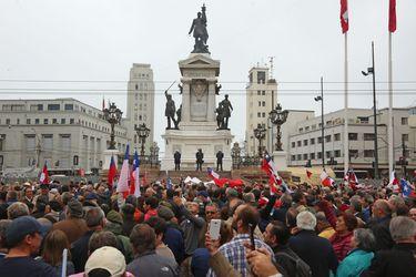 Ex oficiales de la Armada realizan acto de desagravio tras ataque a monumento en Valparaíso