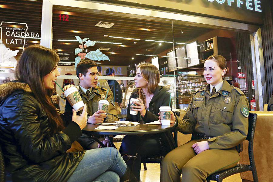 CARABINEROS-EN-STARBUCKS-COFFEE33952-(42890535)