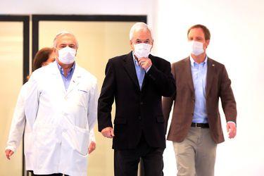 El Presidente de la República Sebastián Piñera, el ministro de Salud, Jaime Mañalich; y el subsecretario de redes asistenciales, Arturo Zúñiga, ponen en marcha el nuevo Hospital Félix Bulnes, el 11 de abril.