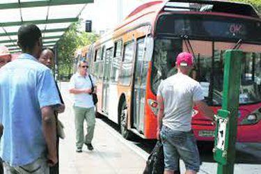 Desvían tránsito de locomoción pública ante manifestaciones en Plaza Baquedano