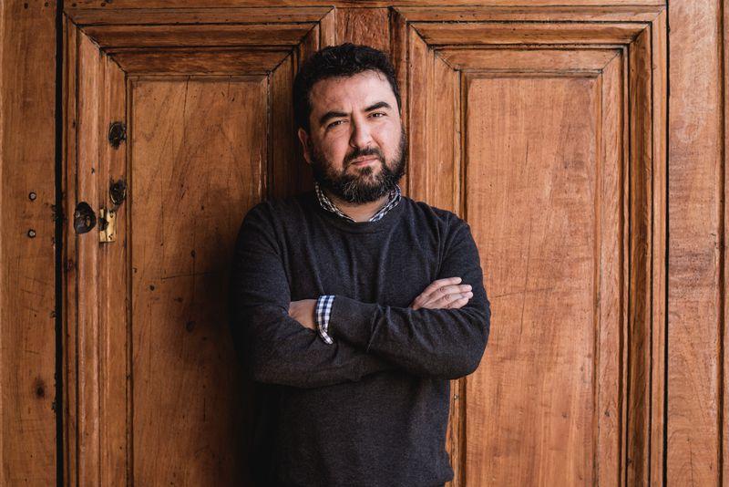 """Foto promocional de Oscar Contardo para el lanzamiento de """"Antes de que fuera octubre""""."""