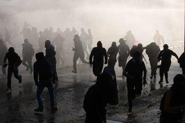 Intentaron linchar a funcionario de Carabineros durante disturbios en el centro de Santiago