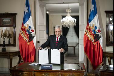 Presidente Piñera promulga ley que beneficia a las familias afectadas por el Covid-19 y bono se pagará en abril