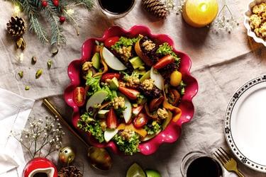 Ensalada navideña con frutillas, nueces y aderezo de miel