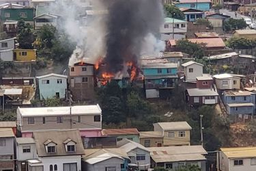 Valparaíso: Al menos seis viviendas afectadas por incendio en cerro Toro
