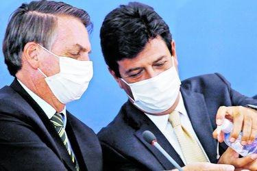 Presión del Congreso y FFAA obliga a Bolsonaro a mantener a ministro de Salud