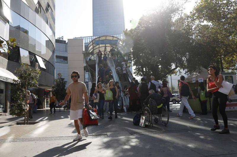 Municipalidad  de Providencia prohibe comercio ambulante a las afueras del mall Costanera Center
