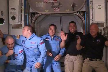 Cápsula de SpaceX se acopla y astronautas abordan Estación Espacial Internacional