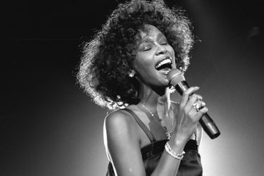 "Whitney Houston regresa a los rankings con su versión del hit ""Higher Love"""