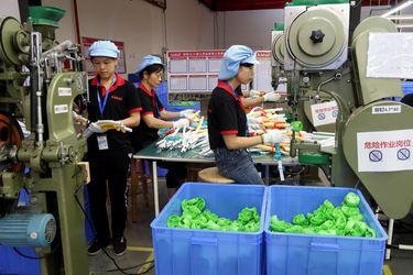 Las nuevas variantes del Covid-19 golpean la economía china: las fábricas se frenan y los servicios caen