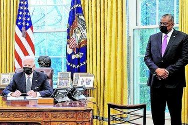"""Biden impulsa el """"Buy American"""" para favorecer a empresas de EE.UU."""