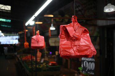 Adiós a las bolsas plásticas: este lunes entra en vigencia ley que las prohíbe en todo el comercio incluyendo almacenes y ferias libres