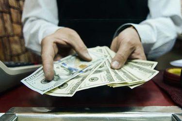 Dólar quiebra los $800 por primera vez desde el inicio de la crisis del coronavirus
