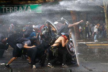 Las fotos del estallido social: libros retratan manifestaciones y expresiones gráficas de las protestas
