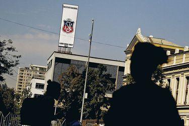 Instituto Nacional: Estudiantes votan tomarse el establecimiento y aumentan presión a Municipalidad de Santiago