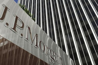"""JP Morgan: """"Si la estrategia chilena (frente al Coronavirus) continúa mostrando resultados positivos, podría terminar implicando una interrupción más corta de la economía en comparación a otros países"""""""