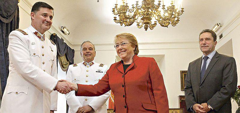 El general Ricardo Martínez junto a la Presidenta Bachelet, en La Moneda, además del general Humberto Oviedo y el ministro de Defensa, José Antonio Gómez.