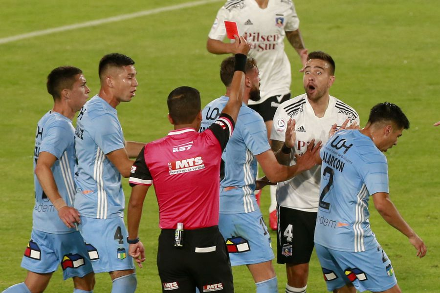 Matías Zaldivia recibe la tarjeta roja en el partido entre Colo Colo y O'Higgins