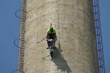No apto para enfermos cardíacos: baja una chimenea industrial de 110 metros a bordo de una Vespa