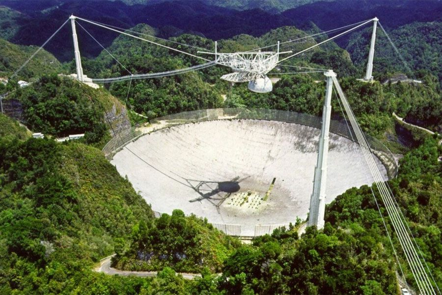 La imagen muestra al radiotelescopio de Arecibo en Puerto Rico.