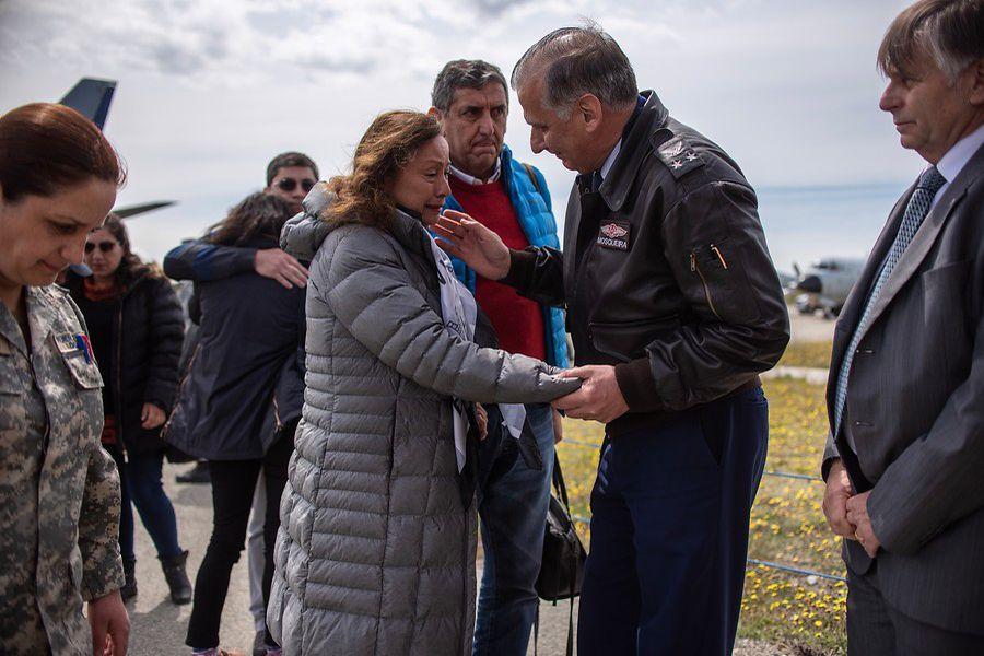 Llegan a la base aérea Chabunco, los familiares de los pasajeros y tripulantes del avión Hercules C-130 desaparecido en el Mar de Drake (AGENCIAUNO).