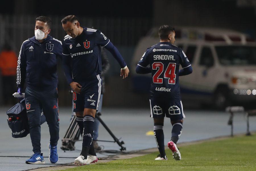 Marcelo Cañete deja la cancha durante el duelo entre la Universidad de Chile y Santiago Wanderers. FOTO: Agencia Uno.