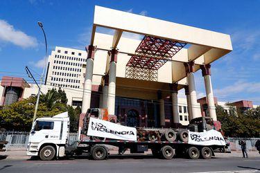 Con máquinas quemadas: Camioneros se manifiestan en el frontis del Congreso en primera jornada de paro nacional