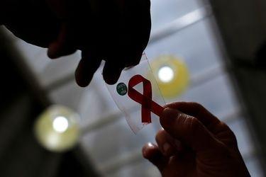 """De """"cáncer gay"""" y virus mortal a una enfermedad crónica controlable: a 40 años del sida"""