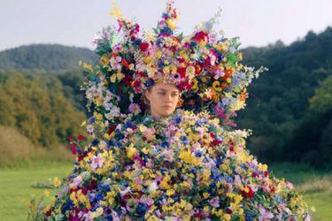 El vestido de la Reina de Mayo de Midsommar se subastó por $65 mil dólares