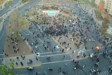 Al menos cuatro sujetos detenidos y dos carabineros heridos tras manifestaciones en Plaza Baquedano