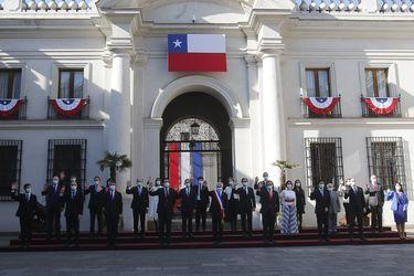 Con toma de temperatura y dron, Piñera encabeza fotografía oficial en La Moneda