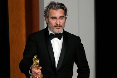 Joaquin Phoenix recibe el Oscar por Joker y recuerda a su hermano River