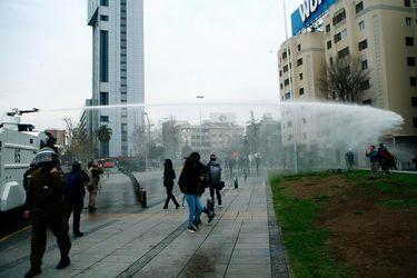 Carabineros interviene para dispersar a manifestantes en Plaza Baquedano y detiene a 21 personas