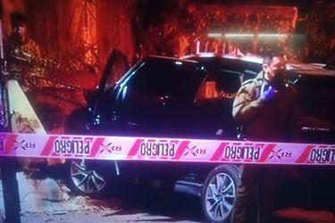 Persecución policial tras portonazo culmina con auto incrustado en casa de Ñuñoa