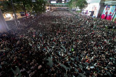 Miles de personas desafían estado de emergencia y continúan protestas prodemocracia en Bangkok