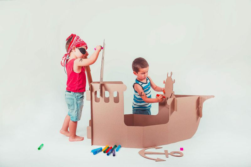 """Jugar y educar Cohetes, aviones, barcos, castillos, cabañas, puzzles y juegos de mesa son parte de los productos que ofrecen, todos hechos 100% de cartón. Este emprendimiento """"busca generar un impacto en el medioambiente, creando conciencia del reciclaje, protegiendo e incentivando la industria local y en el ámbito de la educación; entregando a los niños herramientas para tener un desarrollo armónico y creativo"""", señalan. @magiaycarton"""