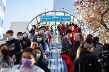 Largas filas se registran en tiendas y centros comerciales ad portas de que comience la cuarentena total en la RM