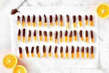 Fáciles y ricas: cascaritas de naranja bañadas en chocolate