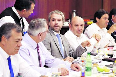 """Diputados PS piden a Blumel evitar la """"tentación de saltarse el Parlamento"""""""