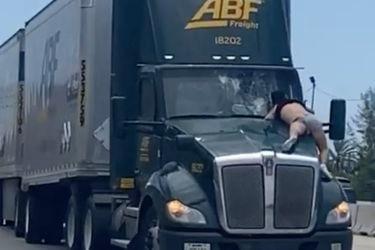 ¿Qué hacía este hombre sobre la trompa de un camión que iba por la autopista?