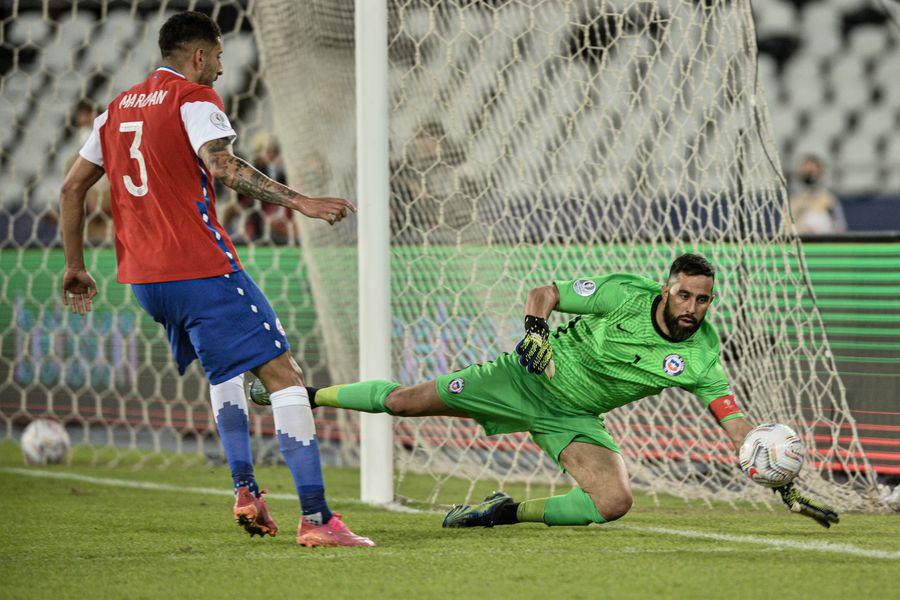 Claudio Bravo salvó el arco chileno en varias oportunidades, mientras que Guillermo Maripan estuvo impasable por arriba ante Argentina, en el debut nacional en la Copa América.