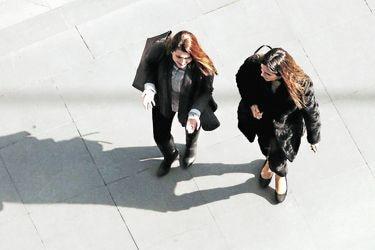 Más de la mitad de los chilenos cree que enfrentar la brecha salarial entre hombres y mujeres debería ser una de las principales prioridades
